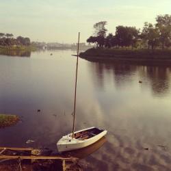 Perahu di salah satu dermaga di sekitar bendungan
