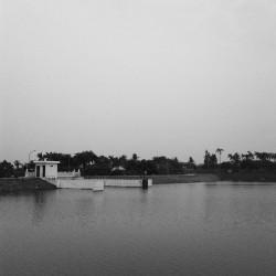 Bendungan Situ Gintung dan pintu air yang mengontrol debit airnya.