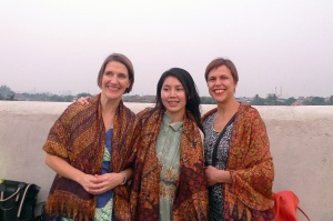 Ketiga pengampu dengan selendang batik cendera mata dari para peserta kelas Norwegia-Indonesia. Semoga bermanfaat! :D